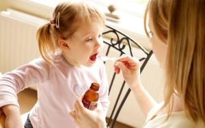 memberikan-obat-pada-anak